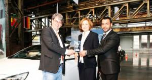 Preisverleihung durch CSS-Chef Michael Jacoby an  Andrea Charchut (Marketingleiterin) &  Daniel Frings, Verkaufsberater bei ULMEN