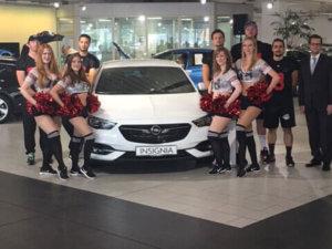 Cheerleader Posen mit der Ulmen Mannschaft